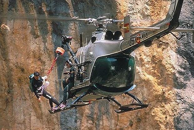 Helicóptero y dotación del Grupo de Rescate e Intervención en Montaña de la Guardia Civil en acción: Imagen: Guardia Civil