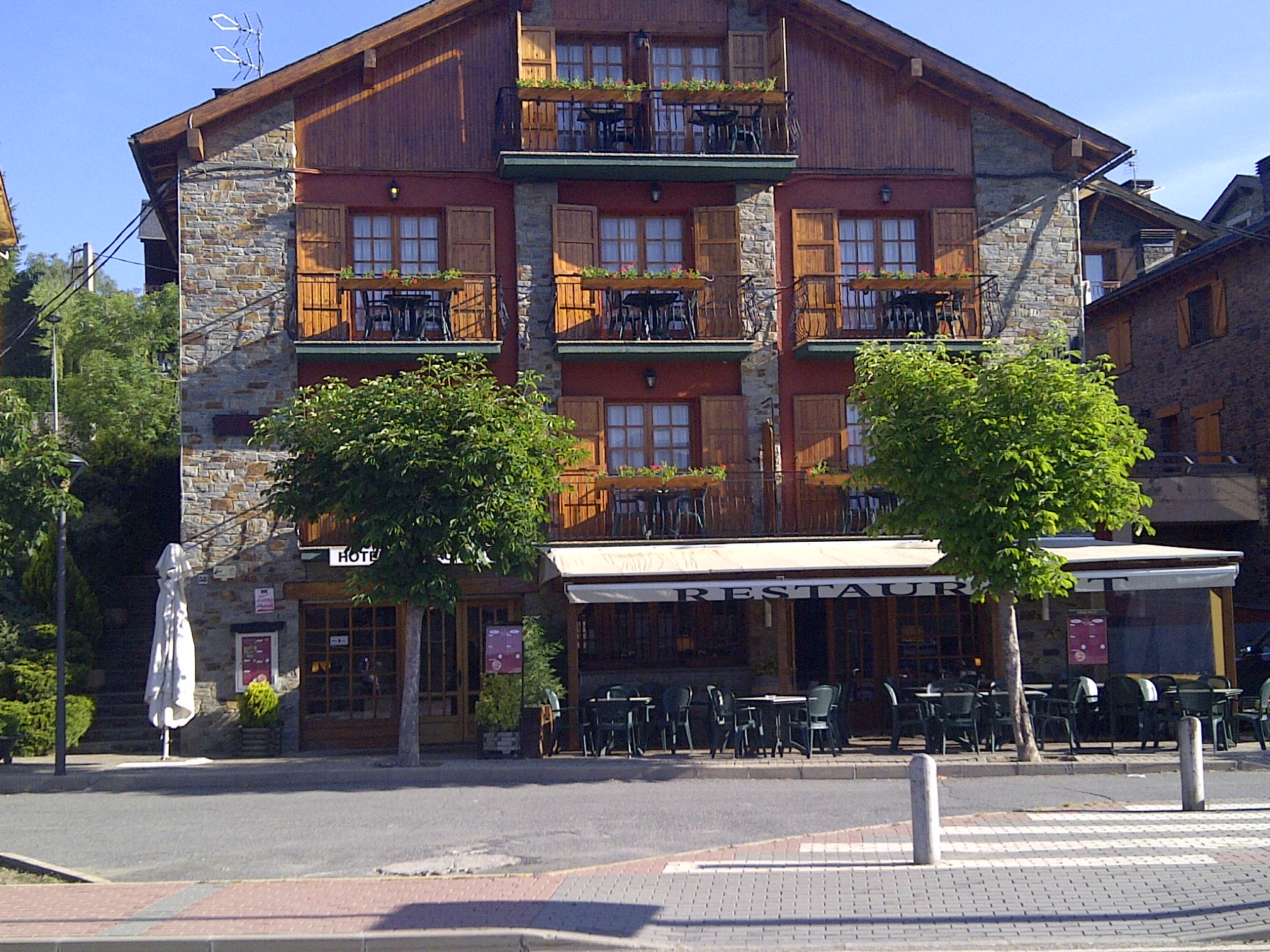 Hotel restaurante esquirol lugares de nieve for Hotel familiar montana
