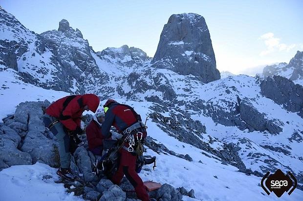 Servicio de Emergencias del Principado de Asturias (SEPA) al pie del Pico Urriellu. Imagen: SEPA