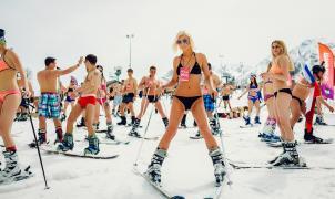"""1200 esquiadores rusos descienden en """"paños menores"""" para batir el récord mundial"""