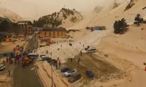 Una avalancha de nieve engulle a los coches a los pies del monte Elbrús