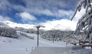 Cerro Catedral y Chapelco reciben buena nieve del cielo y calientan motores para su apertura