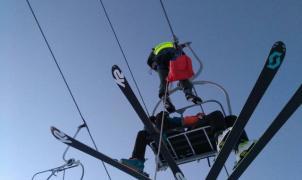 Rescatados con cuerdas 23 esquiadores en Astún tras la avería de un telesilla