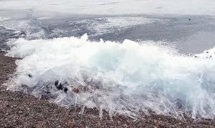 El Ivu, una arrolladora ola de hielo, rompe en la costa del lago Baikal