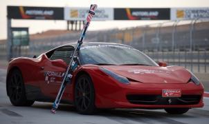 Esquiando sobre asfalto remolcado por un Ferrari a 18 metros por segundo