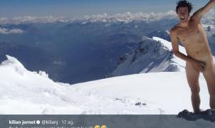 Kilian Jornet protesta desnudo en la cima del Mont Blanc