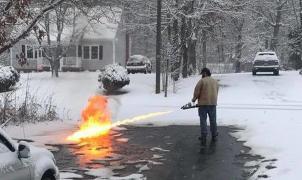 Compra un lanzallamas para quitar la nieve de la puerta de su casa
