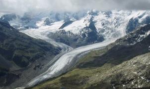 Suiza tiene un insólito plan para salvar los glaciares, miles de cañones de nieve artificial