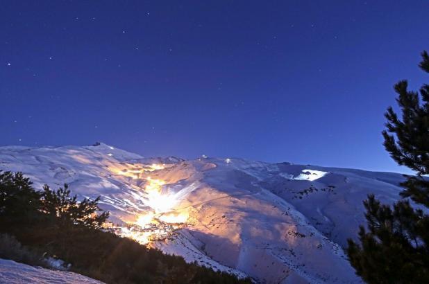 Magnífica imagen de Sierra nevada  por la noche.