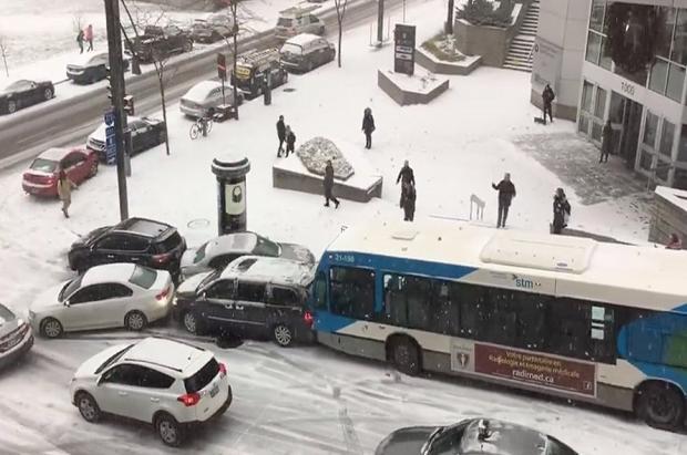 El frío y la nieve convierten las calles de Montreal en auténticas pistas de patinaje