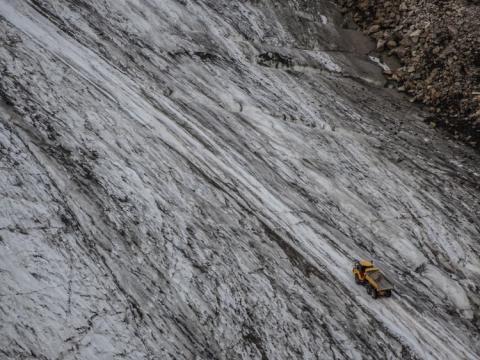 Los caminos trabajando sobre el glaciar parecen Micromachines desde la cabaña Braunschweiger