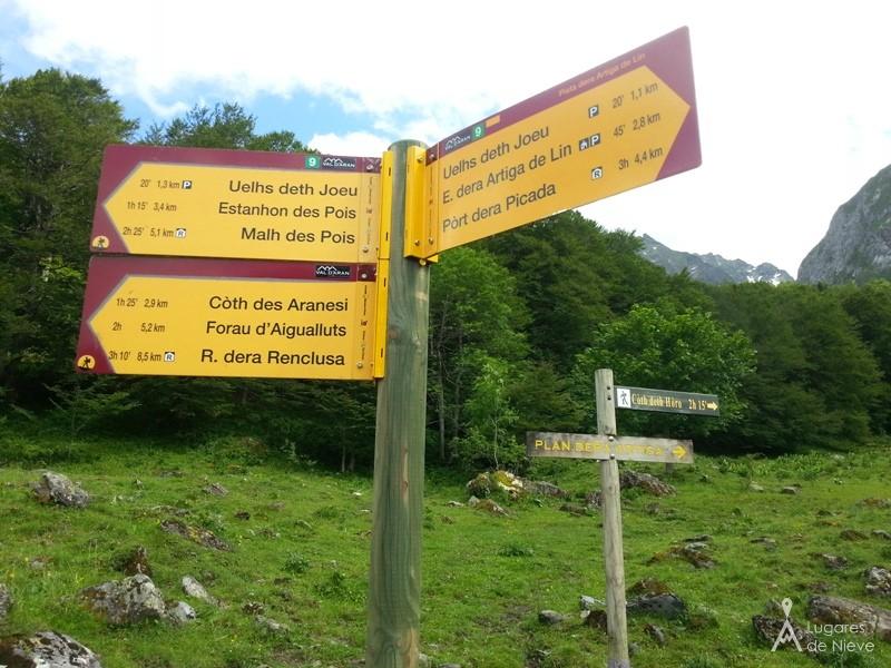 Rótulos en la Val d'Aran. Todos los senderos y caminos del valle están muy bien señalizados y en buen estado de mantenimiento