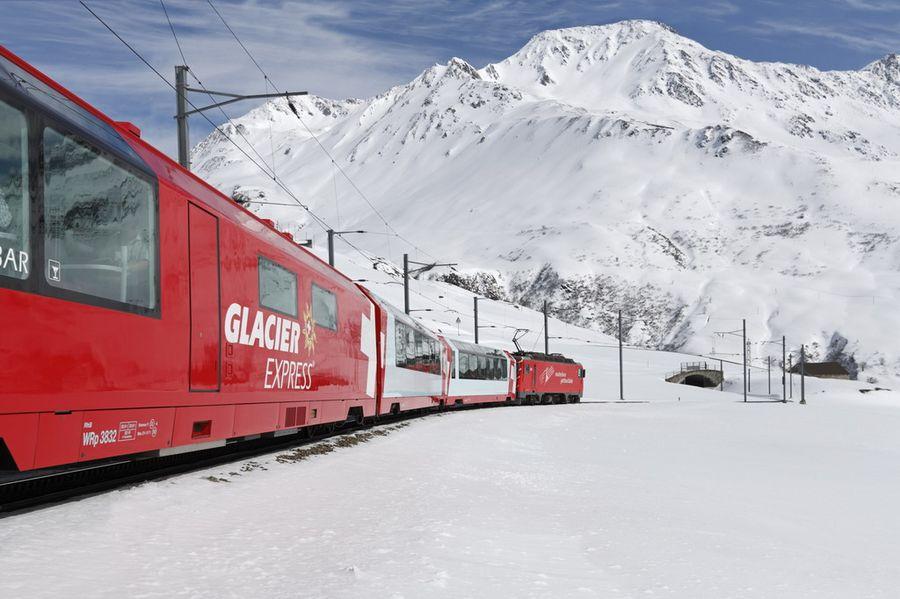 el Glacier Express  entrando en el túnel
