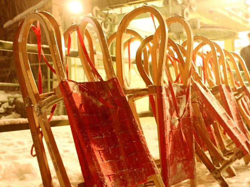 Los trineos del Bellevue Alm, donde podrás cenar maravillosamente, antes de bajar por su pista de casi tres kilómetros