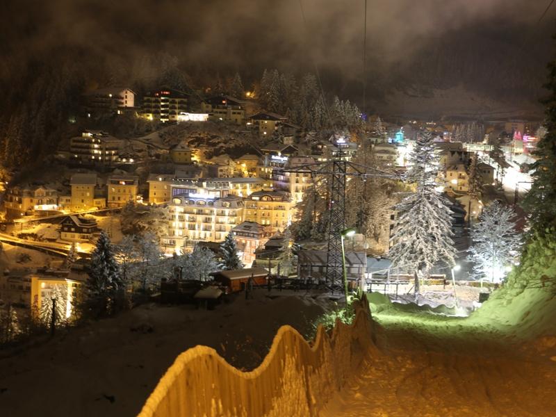 Las vistas nocturnas a Bad Gastein son parte del espectáculo. Y por el remonte no te preocupes, un telesilla individual de unas cuantas décadas te sube por la oscuridad