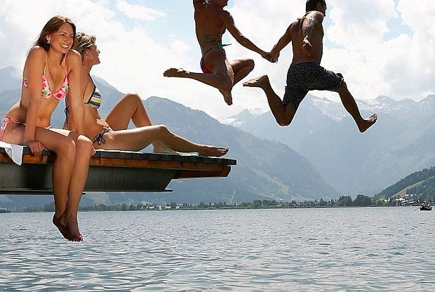 Un refrescante chapuzón en lascristalinas aguas del Lago Zell. Foto Turismo de Salzburgo