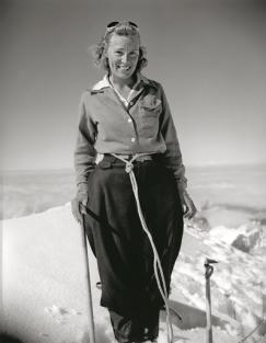 Barbara Washburn en la cima del Mount Berta, en Alaska, el 30 de junio de 1940 después de haber conseguido el primer ascenso. ©Bradford Washburn, cortesía de Decaneas Archive.com