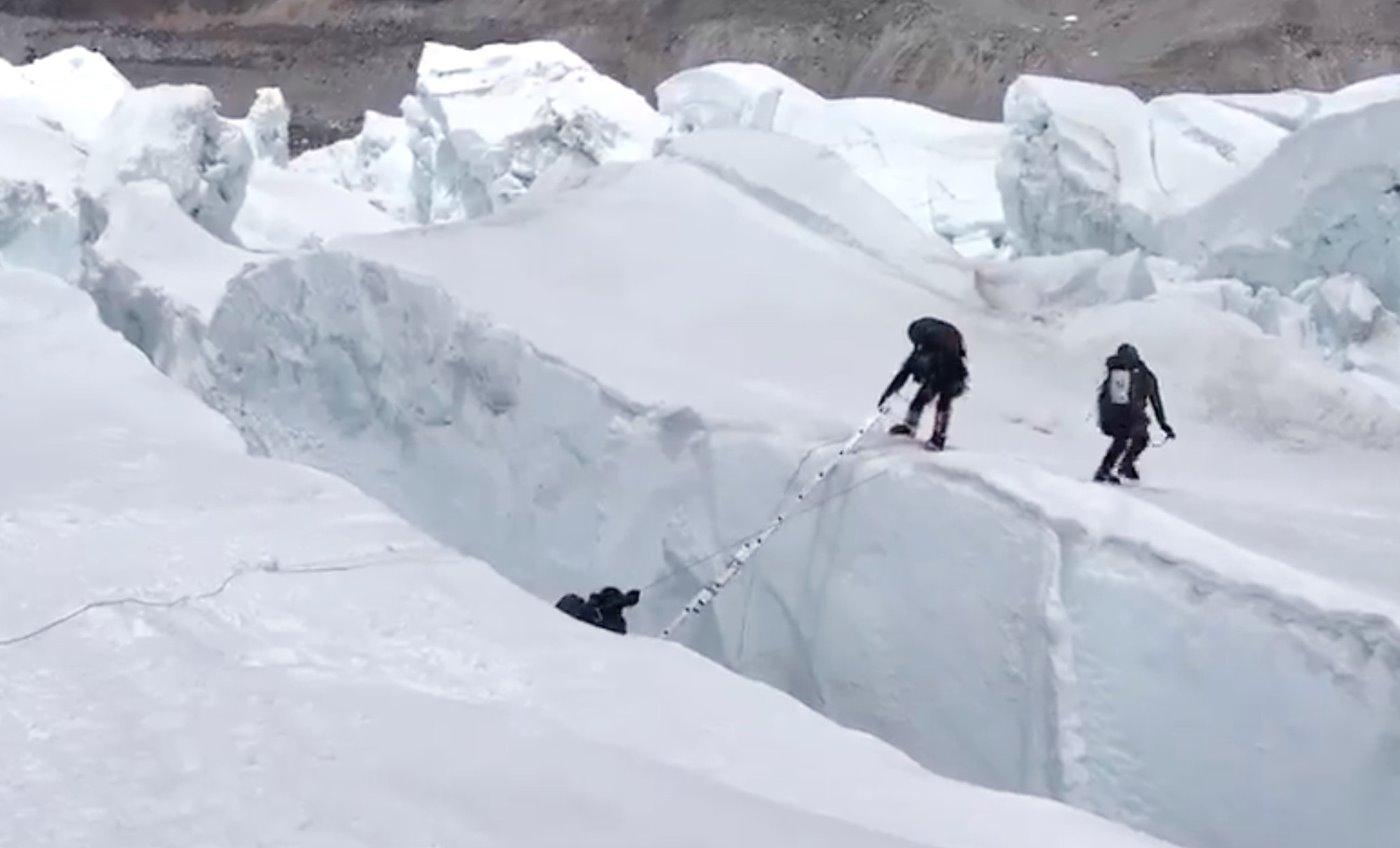 Caída en una grieta subiendo al Everest