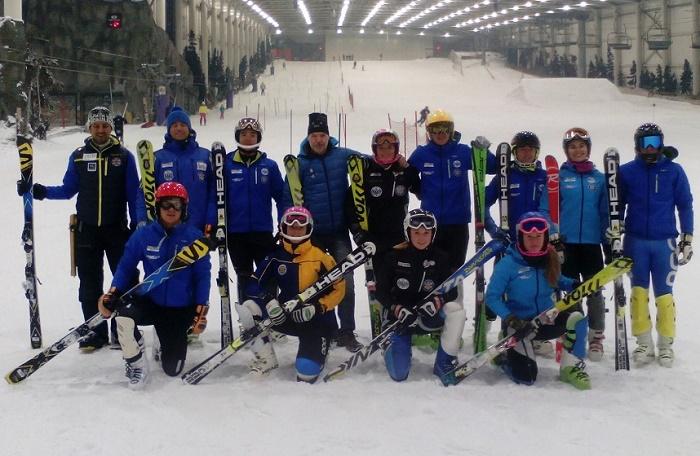 """El equipo del CETDI posa con """"el Solanas"""" en el Madrid SnowZone. Foto: Lugares de Nieve"""