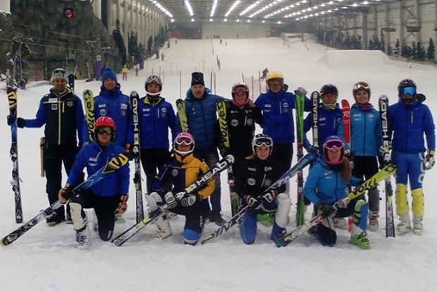 El Centro Especializado de Tecnificación de Deportes de Invierno de Aragón (CETDI Aragón posa con Lugares de Nieve en el SnowZone