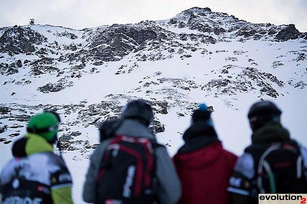 Los riders chequean la Aiguille Rouge de Les Arcs donde realizarán sus líneas. Imagen: Evolution2