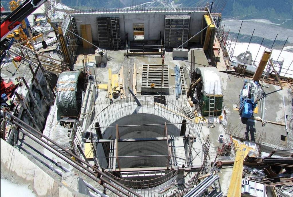 Pozo que alberga los ascensores que acceden a la Punta Helbronner