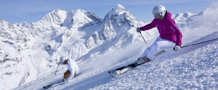 Pista Corvatsch (3303 m) en Enagadin/St. Moritz. Al fondo  glaciar Tschierva y el Piz Bernina (4049 m)