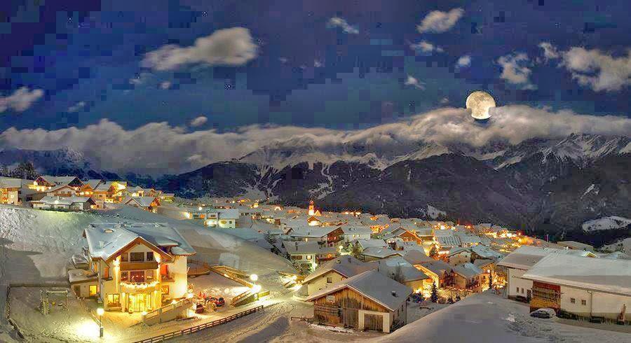 Bonita imagen nocturna del pueblo de Fiss