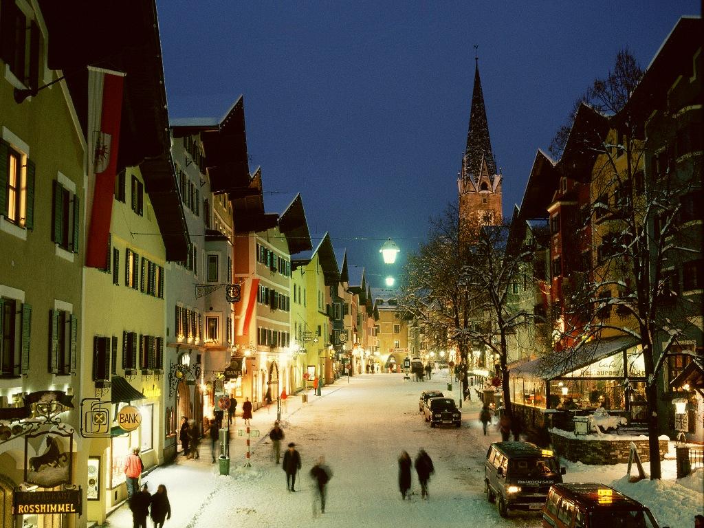 Bonito panorama invernal del centro de Kitzbühel