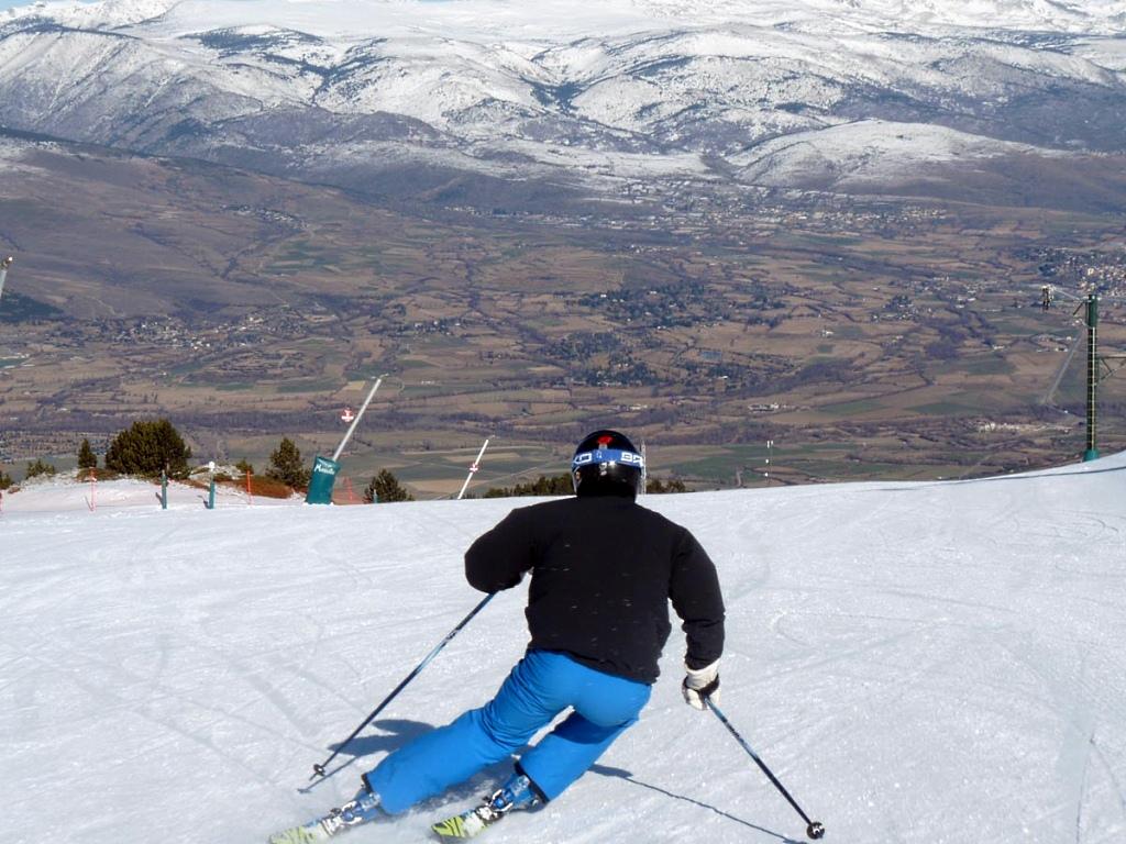 Esquiando en Masella con vistas al valle de la Cerdanya