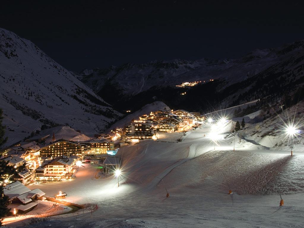 Imagen nocturna del pueblo de Obergurgl