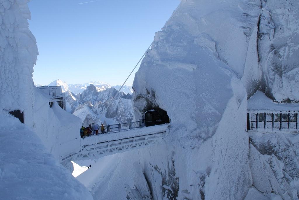 Pasadizo nevado en refugio de  l'Aiguille du Midi