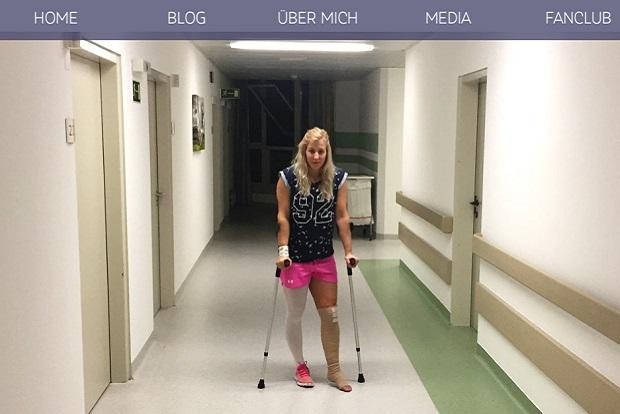Eva Maria Brem en el hospital de Innsbruck donde fue operada tras su lesión