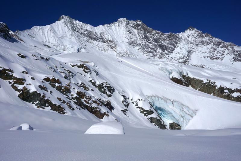 Panorámica de la parte media del Glaciar y de la estación con el pico Dom coronando