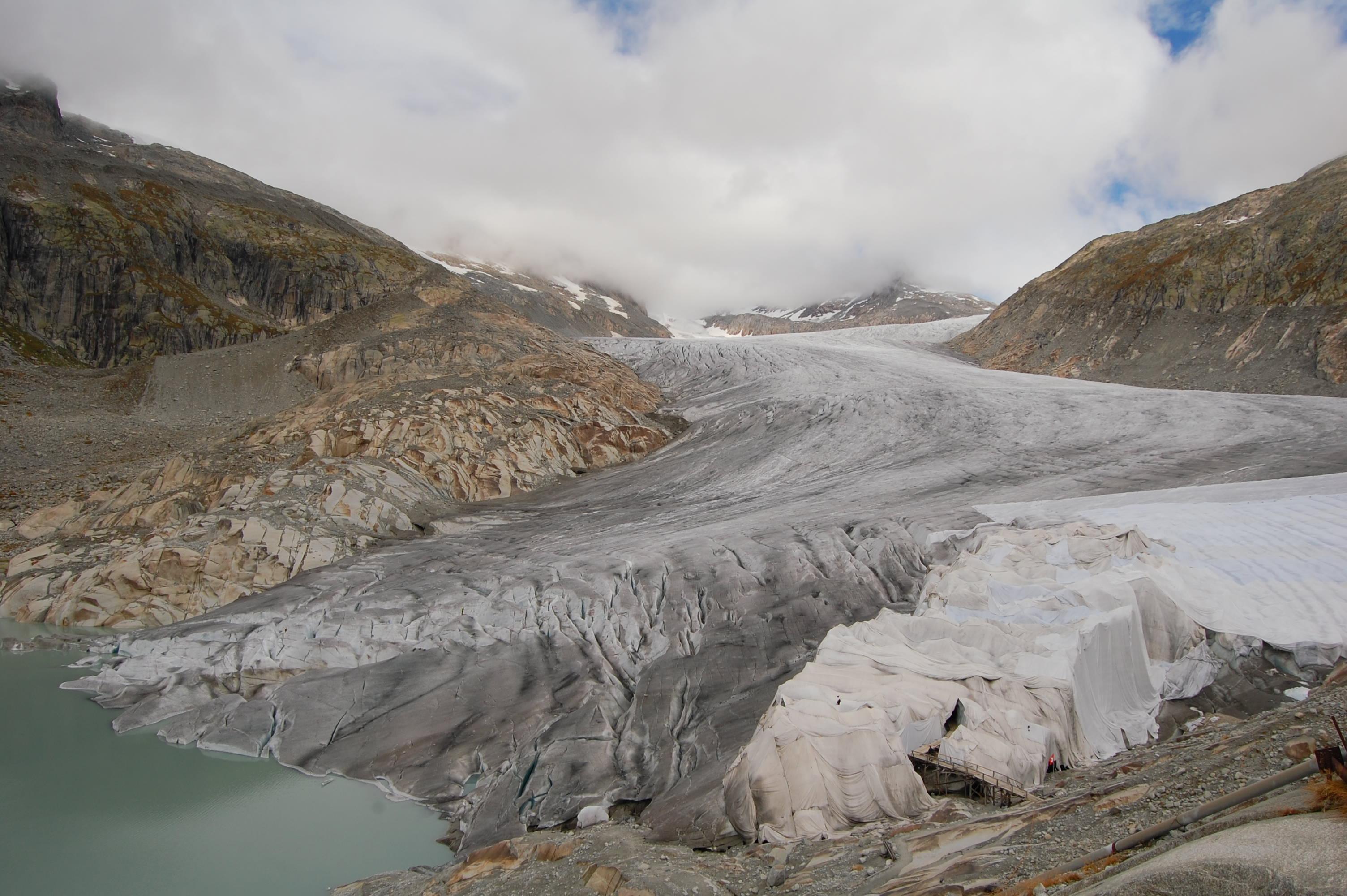 glaciar cubierto con tela
