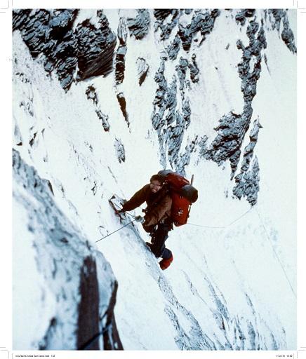 John Roskelley en la grieta empanada de roca y hielo debajo del campo 3, en la cara noroeste del Nanda Devi (India) en junio de 1976. ©John Roskelley