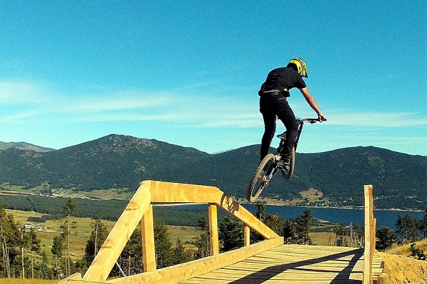 Les Angles Bike Park con las vistas al lago Matemale. Foto: CoreBicycle