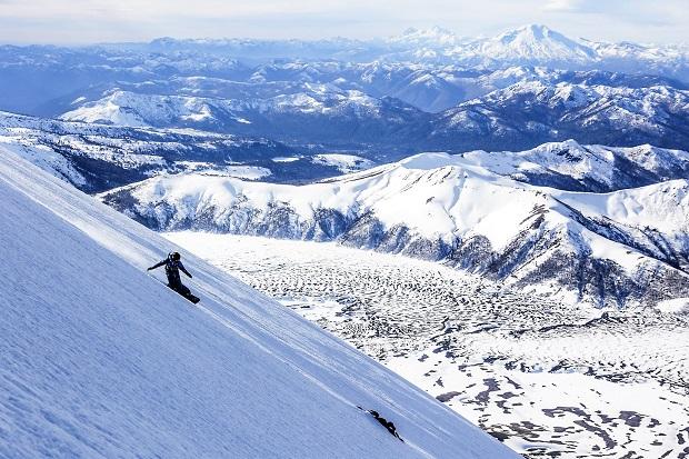 La rider de snowboard Marta Vallier tirando una línea en el Lonquimay. Foto Arthur Ghilini