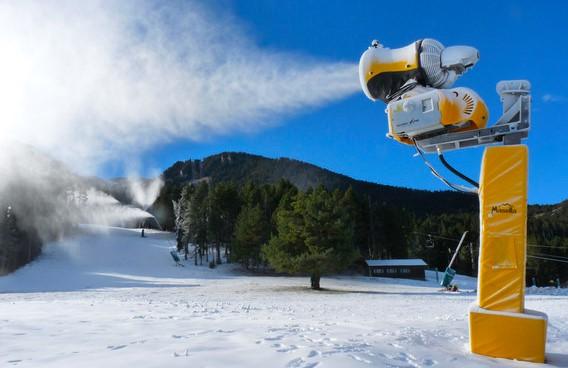 Un cañon de nieve artificial