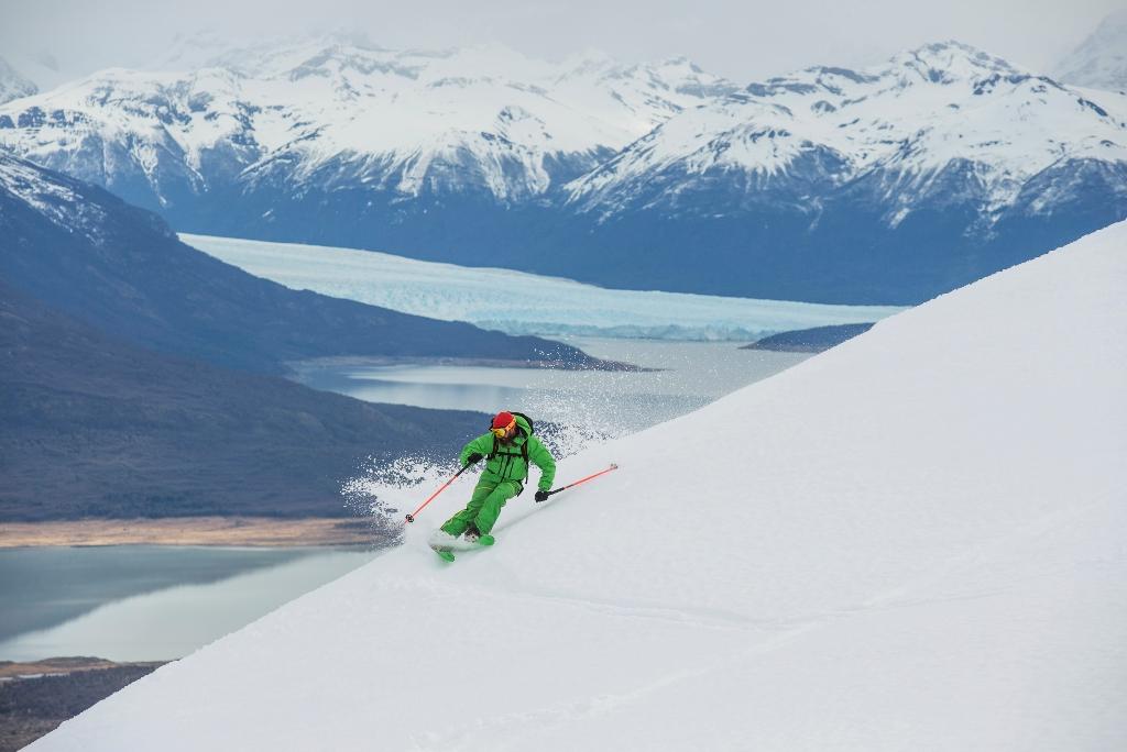 Bruno Compagnet gozando de su Freeride entre los glaciares australes