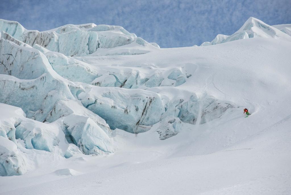 Bruno Compagnet esquiando entre las brechas del glaciar