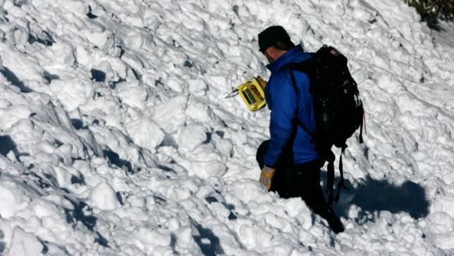 Un rescatador buscando una víctima de avalancha conel sistema ARVA