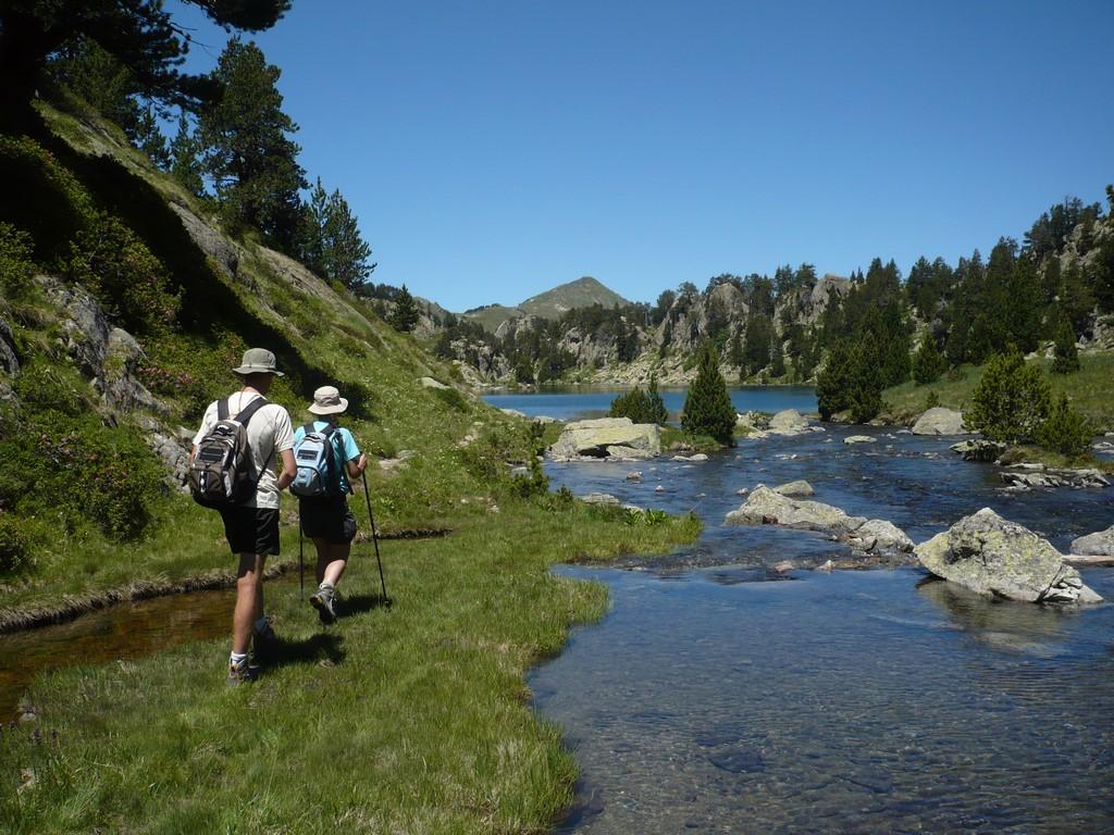 Caminando por la ruta del Circ de Colomèrs pasaremos junto a lagos incréibles y sobre sus desagües. Crédito imagen: Tonho Porras (Esqui-Ando)