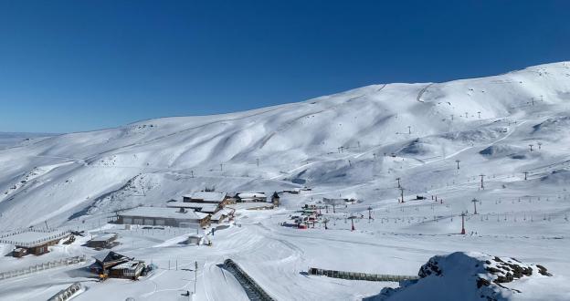"""Cae un """"nevadón"""" en Sierra Nevada y los primeros esquiadores ya bajan por sus pistas """"cerradas"""""""