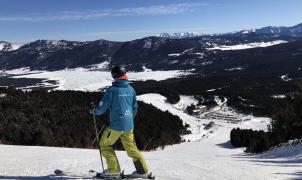 Angles-courbas-esquiador-panoramica