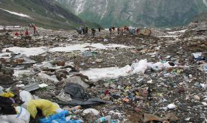 Los científicos alertan que el Everest se ha convertido en un gran vertedero de basura