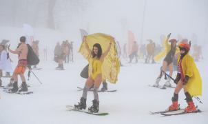 870 personas participan en la bajada de bikinis y bañadores sobre la nieve más famosa del mundo