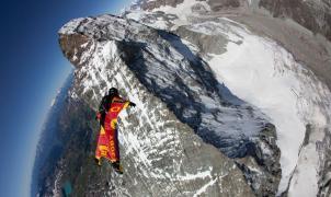Wingsuit flying, el vídeo de los humanos voladores que desafían la razón