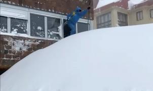 ¡Si el esquiador no puede salir por la puerta, sale por la ventana!