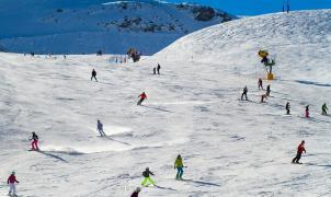 Astún se despide con el forfait a 25 euros, horario de primavera y nieve recién caída